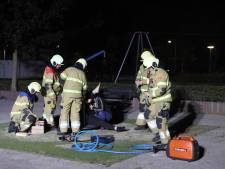 Zes brandweermannen in touw om vrouw uit speeltoestel in Boxtel te bevrijden