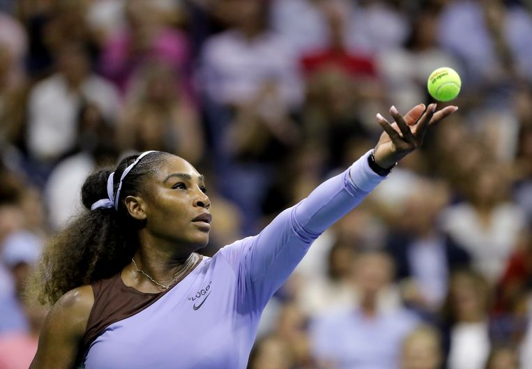 Serena Williams serveert tegen Anastasija Sevastova.