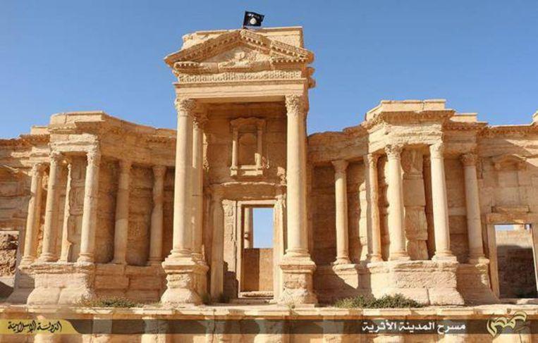Een vlag van IS wappert op een Romeins theater in Palmyra.