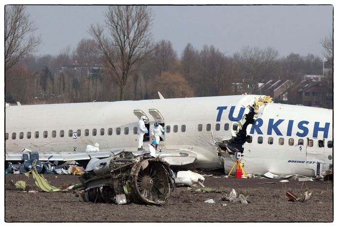 Een dag na de crash wordt er door mannen in witte pakken onderzoek gedaan.