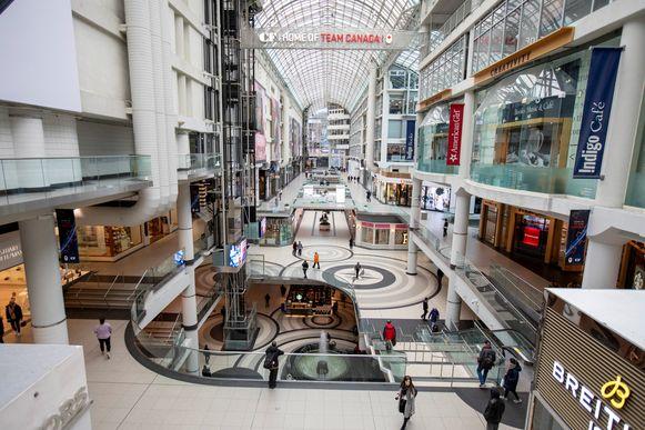 Een nagenoeg leeg winkelcentrum in Canada's grootste stad Toronto .