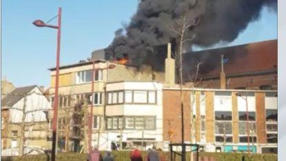 VIDEO. Grote rookpluim boven Oostende door zware dakbrand: arbeiders kunnen tijdig ontkomen