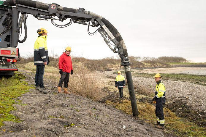 Bos Grijpskerke B.V. haalt met de grondzuiger granulaatkorrels, plastic en afval weg in samenwerking met de Bende van het Strand.