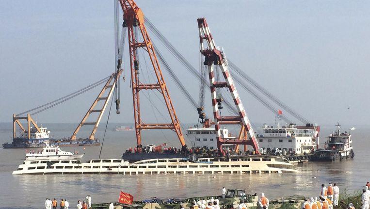 Het cruiseschip op de Jangtse wordt gekanteld. Beeld AP