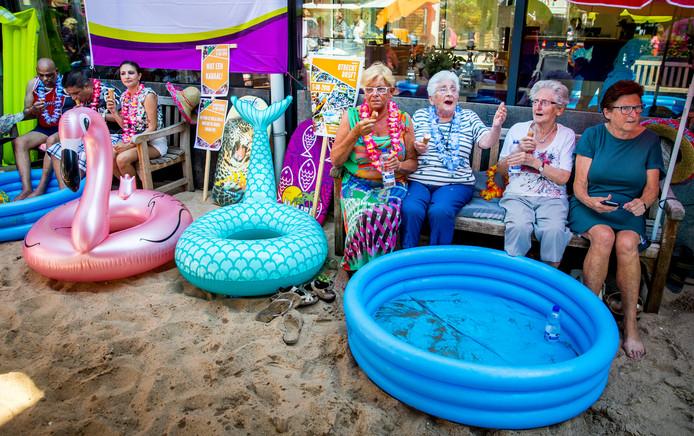 Ouderen van een zorgcentrum in het Rotterdamse Crooswijk genieten van het zomerse weer (archieffoto).