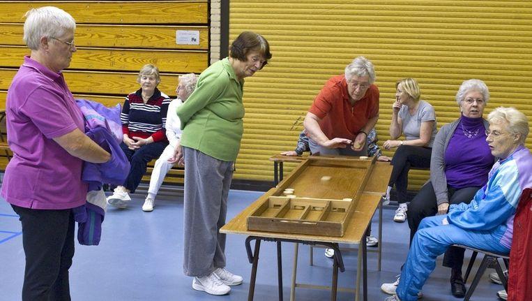 Gezellig een spelletje spelen met andere mensen is goed voor de levensverwachting van ouderen