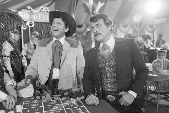 """Ross Martin, à gauche, et Robert Conrad, à droite, sur le tournage d'une scène du film """"More Wild, Wild West"""", à Los Angeles."""
