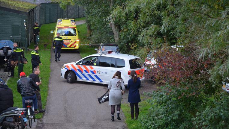 Een ambulance en politie op de plek waar een vrouw op straat door een man met een fles op haar hoofd is geslagen. De vrouw overleed ter plaatse aan haar verwondingen. Beeld anp