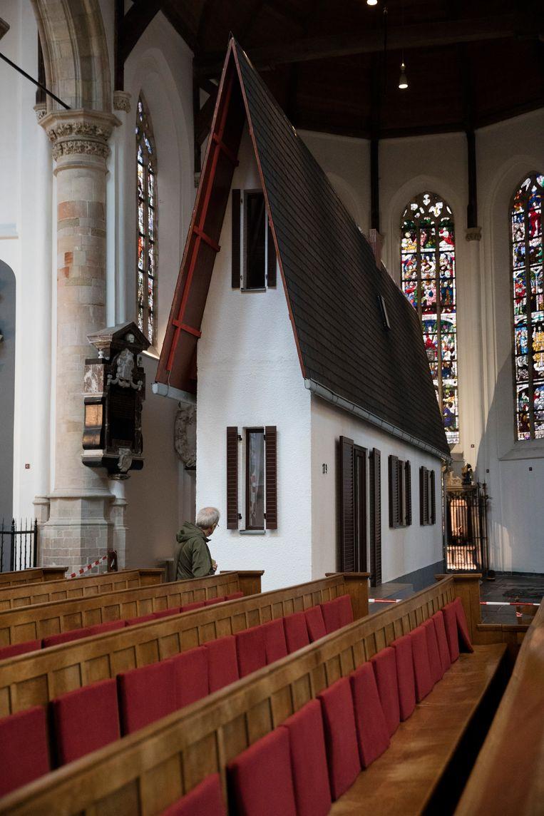 Kunstwerk 'Narrow House' van de Oostenrijkse kunstenaar Erwin Wurm in Oude Kerk in Delft. Beeld Inge Van Mill