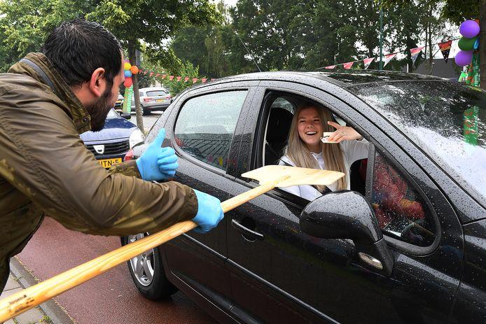 Bij Metameer in Boxmeer hielden ze donderdagmiddag een zogeheten drive-thru voor geslaagde leerlingen. Ze kregen onder meer gebak aangereikt in de auto.