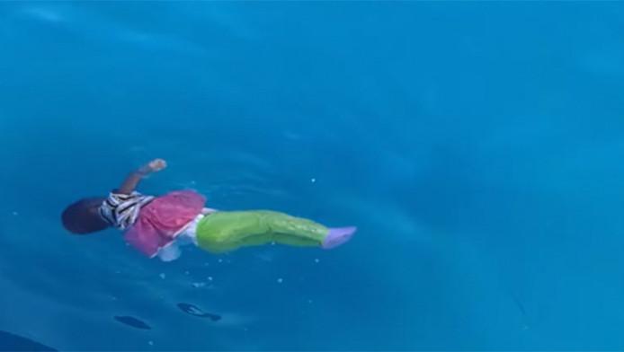 Meisje drijft in de Middellandse Zee. Ze verdronk toen ze de oversteek wilde maken naar Europa, maar het schip waarop ze voer verging.