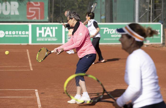 Tennisclubs Boxtel doen oproep aan inwoners: 'Ga niet binnen zitten, kom tennissen.'