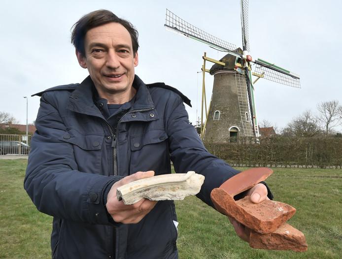 Archeoloog Bernard Meijlink met de Romeinse scherven.