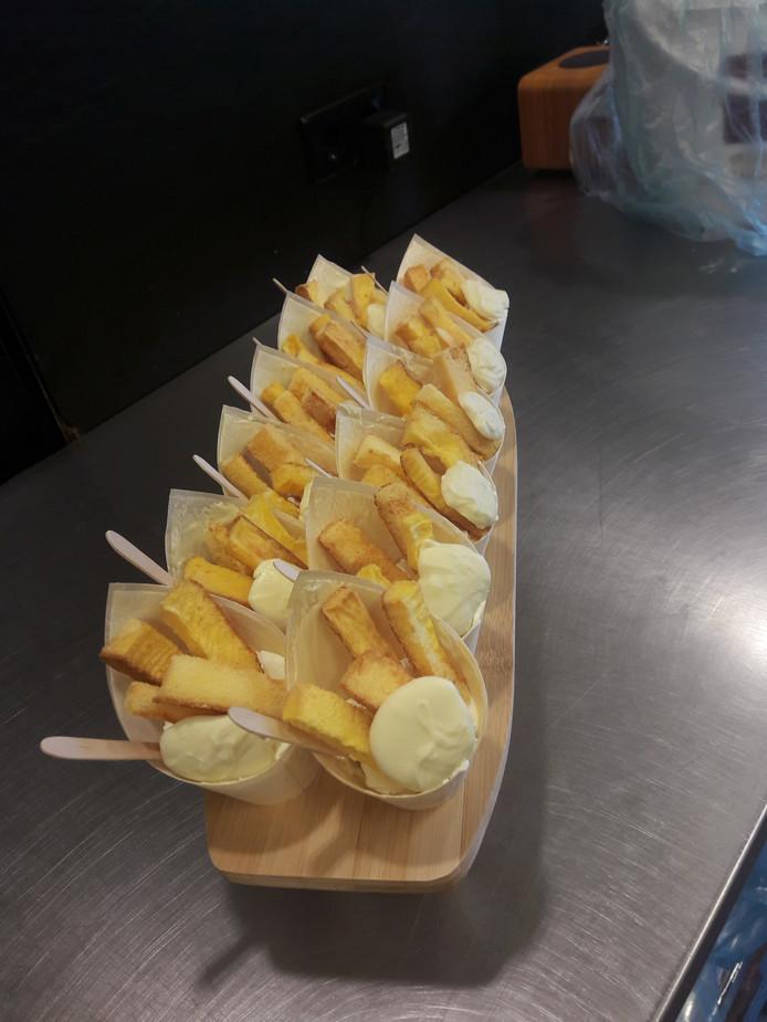 De gebakjes hebben de vorm van Vlaamse frieten.