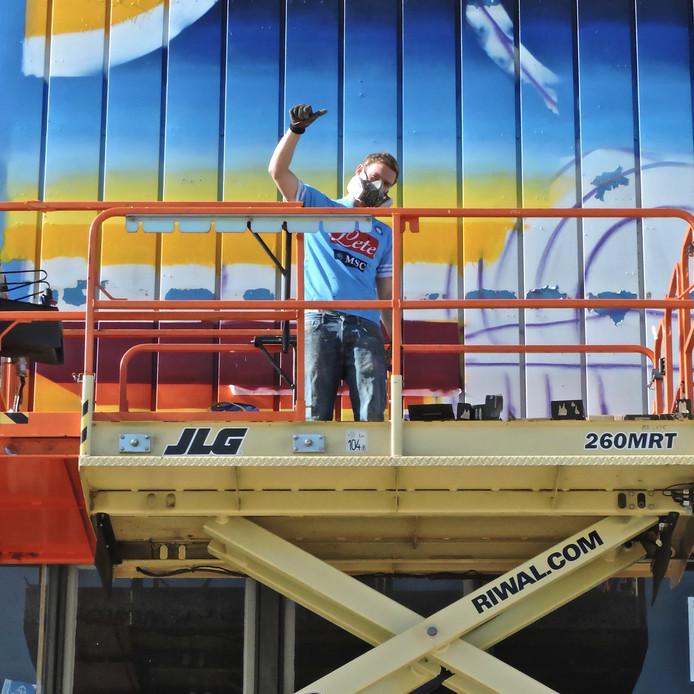 Artiest Darry Perier aan het werk.