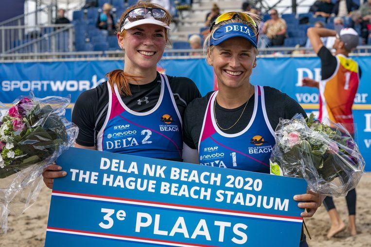 Jantine van der Vlist en Marleen van Iersel winnen de dames kleine finale van het NK Beachvolleybal in het The Hague Beach Stadium op het strand van Scheveningen. Beeld  ANP