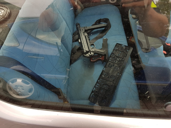 Op de achterbank lagen de nepwapens, open en bloot.