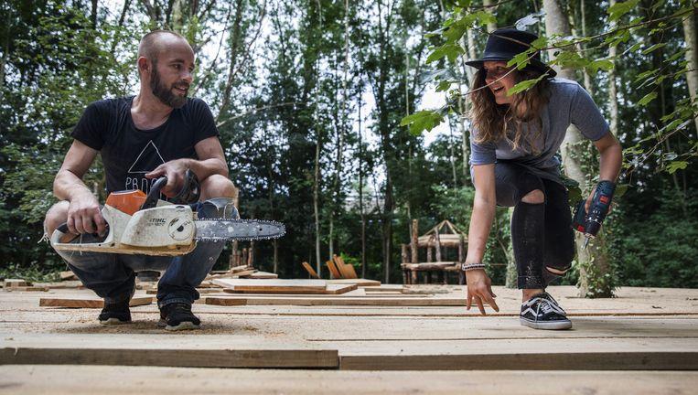 De bouw van een dansplateau met door Staatsbosbeheer geschonken hout. Beeld Aurélie Geurts