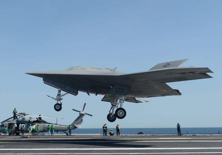 Een X-47B voert een 'touch-and-go' uit. Beeld epa