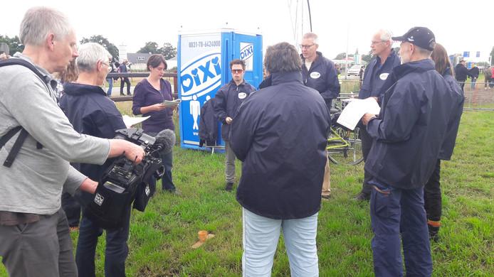 Vreedzaam protest tegen de aanwezigheid van kernwapens tijdens de Luchtmachtdagen in Volkel. Activisten zingen samen een lied.
