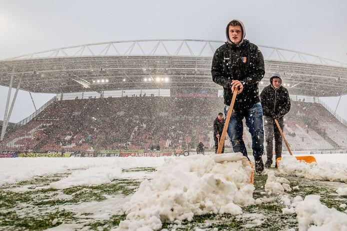 Jongens proberen begin december met sneeuwschuivers het veld voor FC Utrecht-Feyenoord bespeelbaar te maken. De wedstrijd ging niet door.