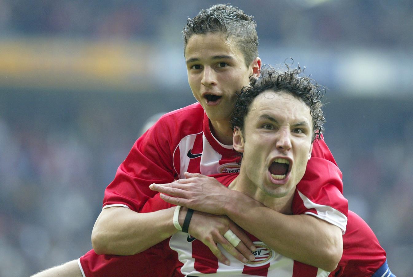 Ibrahim Afellay en Mark van Bommel in mei 2005.