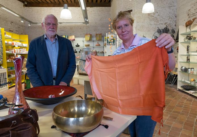 Jan Nauta en Jacq Benschop van de Wereldwinkel Zierikzee
