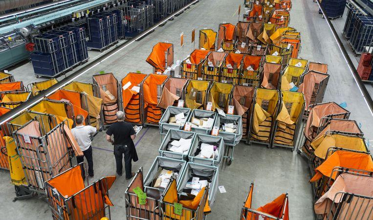 Sortering van de post bij het sorteercentrum in Den Haag. Beeld anp
