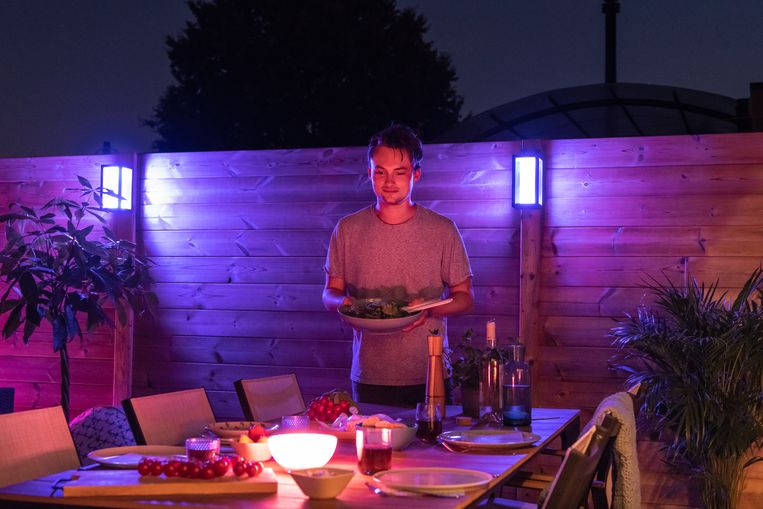 Maarten Vancoillie tijdens een etentje in zijn tuin