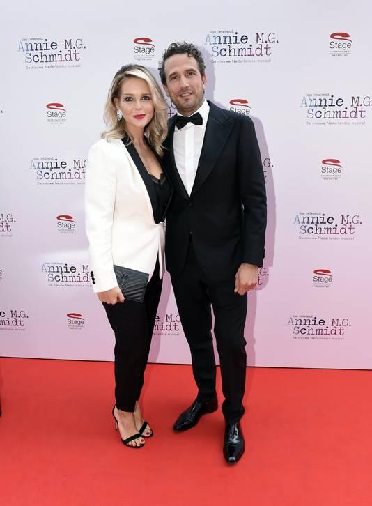 Chantal Janzen kwam als laatste binnen met haar man Marco Geeratz.