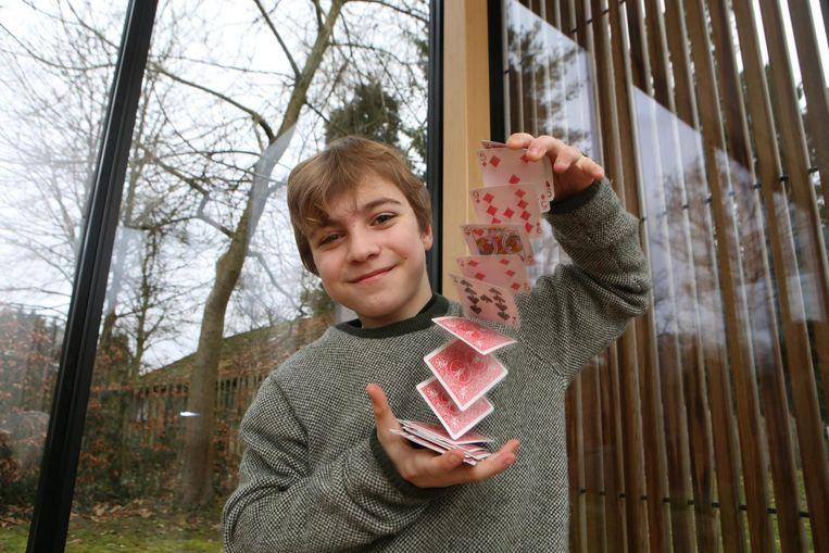 Leonard Wertelaers toont zijn behendigheid met de goochelkaarten.