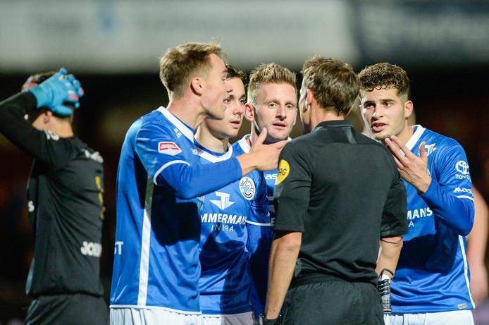 Spelers van FC Den Bosch beklagen zich bij scheidsrechter Pérez na de rode kaart voor Leo Väisänen.