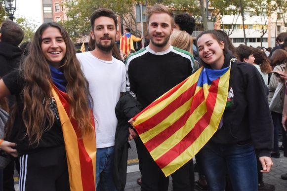 """Vlaming Arne Adriaenssens (met groen) nam samen met zijn Spaanse vriend deel aan de protesten. """"Maar zodra het gewelddadig wordt, ben ik weg."""""""