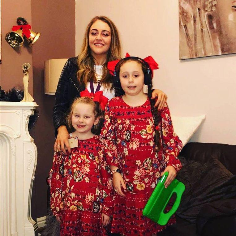 Naomi met haar twee dochters.