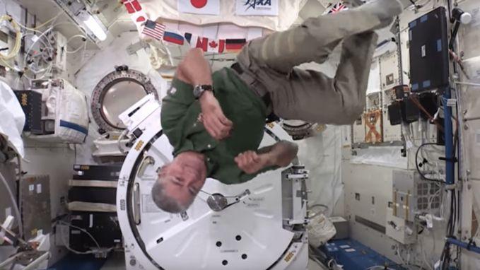 Astronauten spelen met spinner in Internationaal Ruimtestation ISS