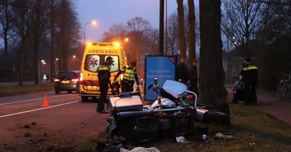 Motorrijder gewond bij ongeluk in Apeldoorn: 'gas bleef hangen'.