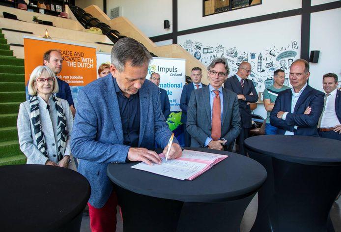 Impuls-directeur Dick ten Voorde tekent het convenant met Trade and Innovate NL en de Rijksdienst voor Ondernemend Nederland.