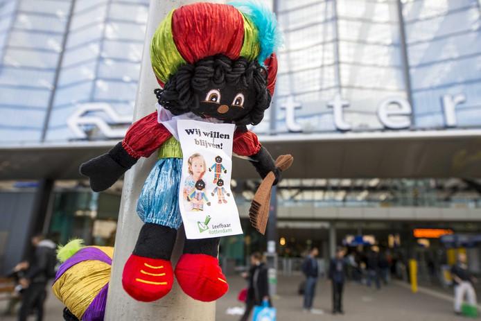 Er kwamen eerder woedende reacties toen Leefbaar als 'ludiek protest' Zwarte Piet-poppetjes ophing.