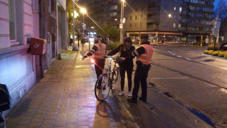 De politie controleert de verlichting bij enkele fietsers.