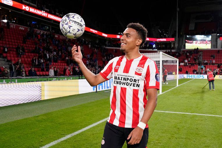 PSV'er Donyell Malen neemt de wedstrijdbal mee naar huis na zijn vijf treffers tegen Vitesse. Beeld BSR Agency