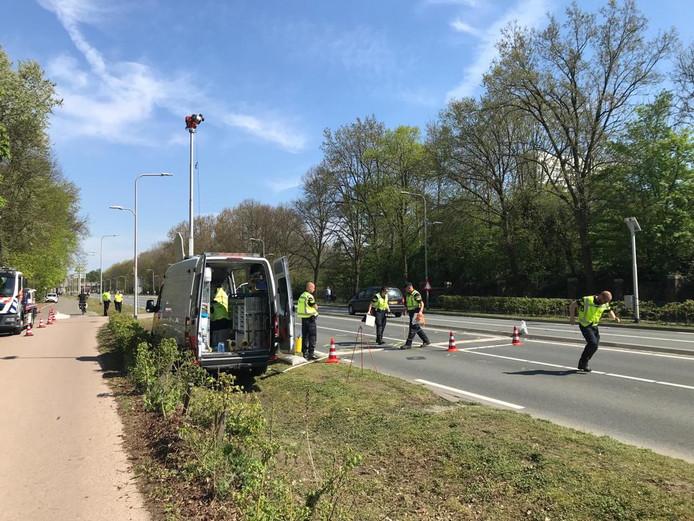 Op de Biltsestraatweg wordt het dodelijke ongeval van vorige maand gereconstrueerd.