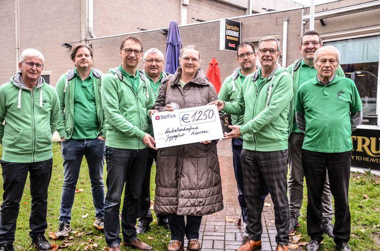 De Kuurnse joggingclub heeft een cheque van 1.250 euro geschonken aan het Kinderkankerfonds.