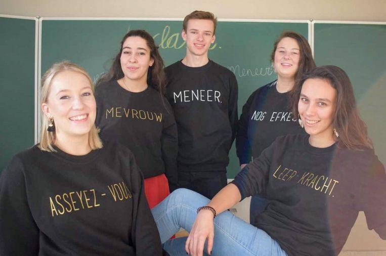Studenten Maaike Poppe, Lena Smet, Willem Fierens, Paulien Plaquet en Ghizlane Benabdellah met hun originele leerkracht-truien.