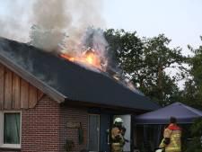 Bewoners vakantiehuis Hoge Hexel na brand noodgedwongen in hotel