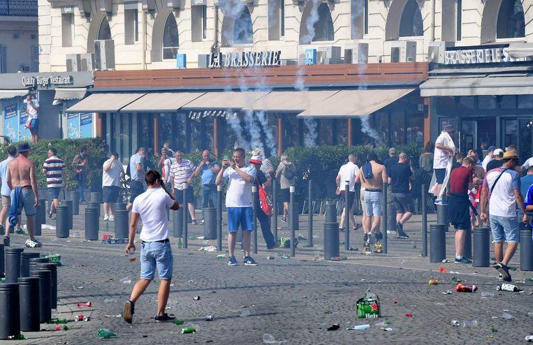 Traangas in de straten van Marseille Beeld null
