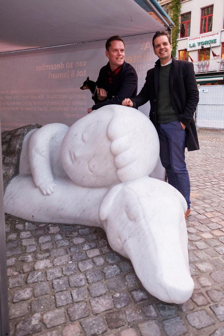 Tanguy Ottomer en Philippe Blondé bij het nieuwe, nog te onthullen standbeeld van Nello & Patrasche.