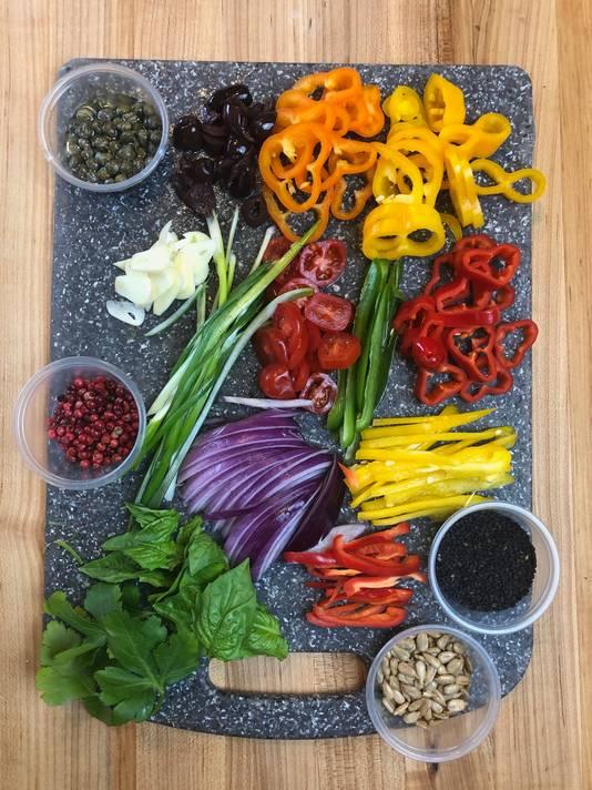 Paprika's, uien en tomaten zijn voorbeelden van ingrediënten die je kunt gebruiken voor de kunstwerken.