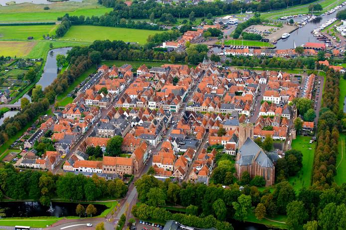 Vooral van bovenaf is het kenmerkende vierkante stratenpatroon van Elburg-Vesting goed te zien.
