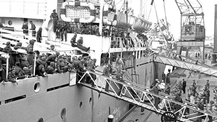 NLD-491024-AMSTERDAM: Ontscheping van het troepentransportschip Grote Beer in de haven van Amsterdam. Voor deze troepen uit Nederlands-Indie, Indonesie, zit de dienstplicht erop. Beeld ANP