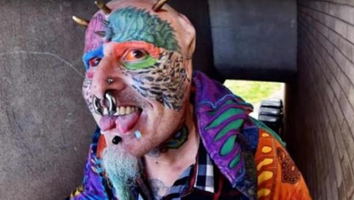 Par amour pour les perroquets, Edward William Richards repousse toutes ses limites.